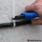 Кабельная стяжка с монтажным отверстием для крепления проводов.