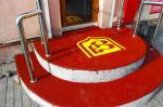 Укладка антискользящего покрытия для крыльца или входа в офис с логотипом