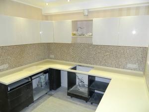 Альфа-мебель (Самара) изготавливает на заказ кухонные столешницы из искусственного камня.