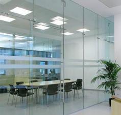Стеклянные душевые перегородки, цельностеклянные витрины, стеклянные двери