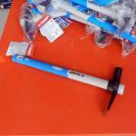 Молоток-кирочка ЗУБР МАСТЕР каменщика (фиберглассовая двухкомпонентная обратная рукоятка) 400г