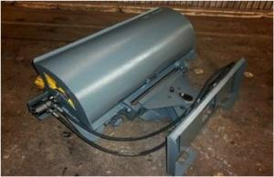 Поворотная дорожная щетка для мини-погрузчика с ситемой полива с рабочей шириной 1400 мм и диаметром 550 мм