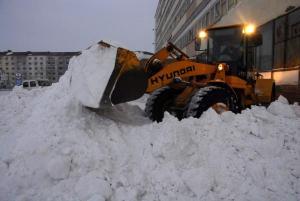 Уборка территории от снега. Самосвалы, погрузчики