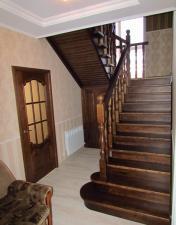 Лестница из массива дуба с элементами резьбы